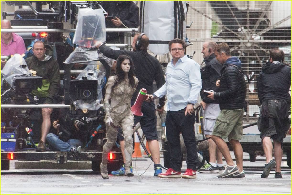 sofia-boutella-films-the-mummy-in-full-costume-makeup-01