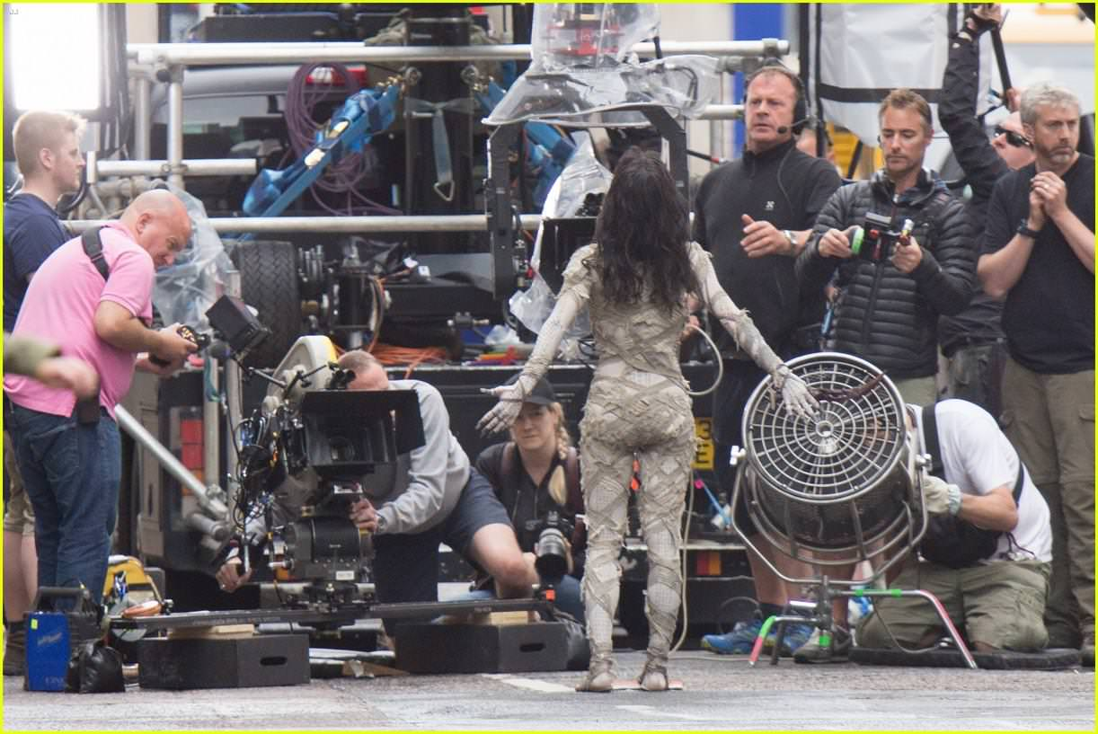 sofia-boutella-films-the-mummy-in-full-costume-makeup-02