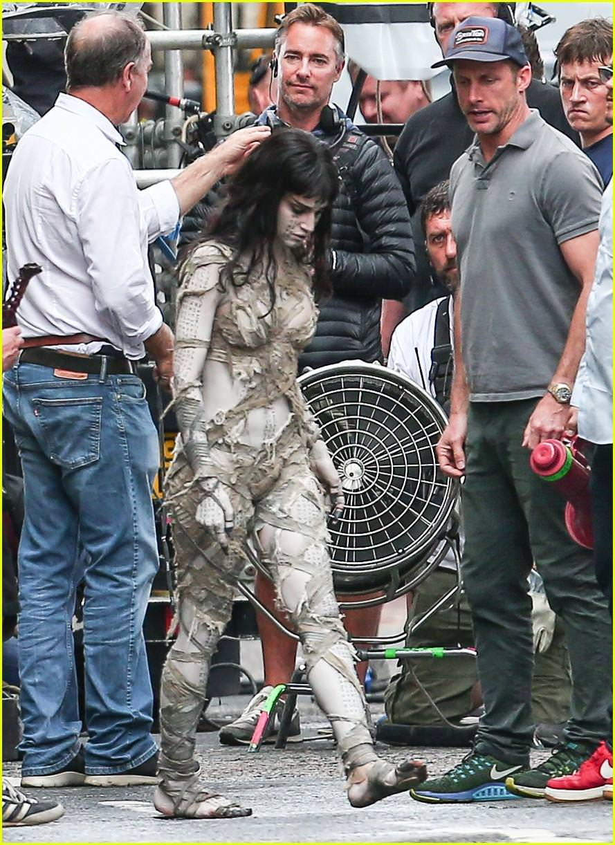 sofia-boutella-films-the-mummy-in-full-costume-makeup-04