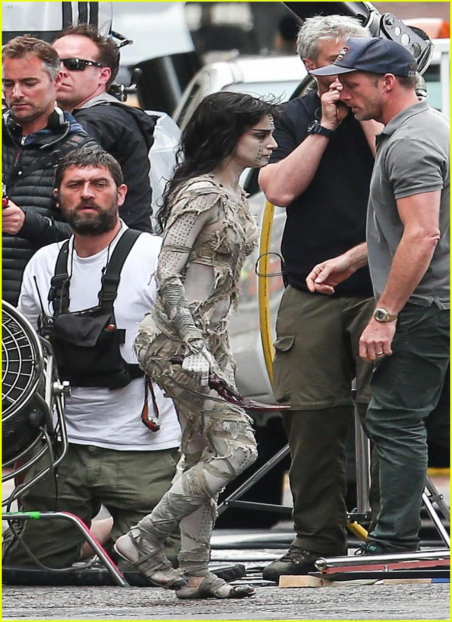 sofia-boutella-films-the-mummy-in-full-costume-makeup-05