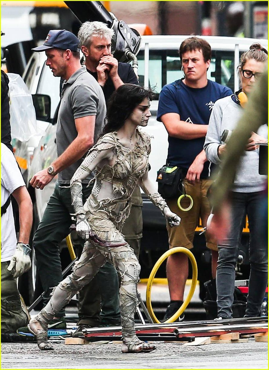 sofia-boutella-films-the-mummy-in-full-costume-makeup-06