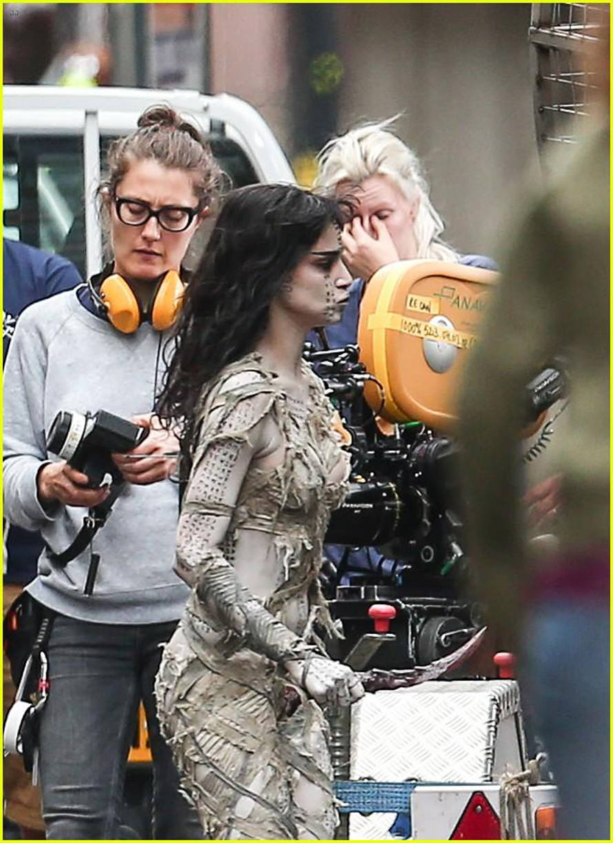 sofia-boutella-films-the-mummy-in-full-costume-makeup-07