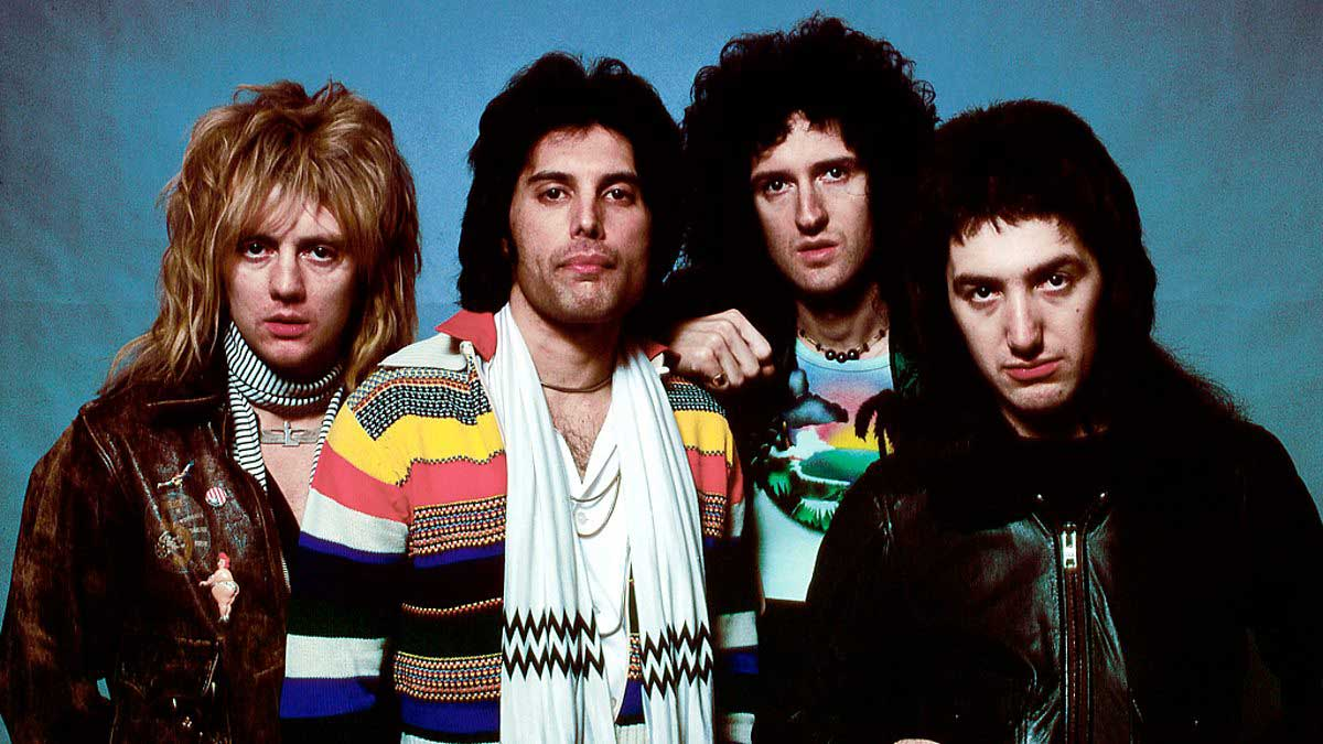 Freddie Mercury with a scarf next to other members of the legendary Queen in a documentary from the documentary Queen: Days of Our Lives