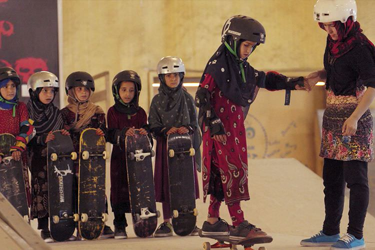 مستند کوتاه (Learning to Skateboard in a Warzone (If You're a Girl