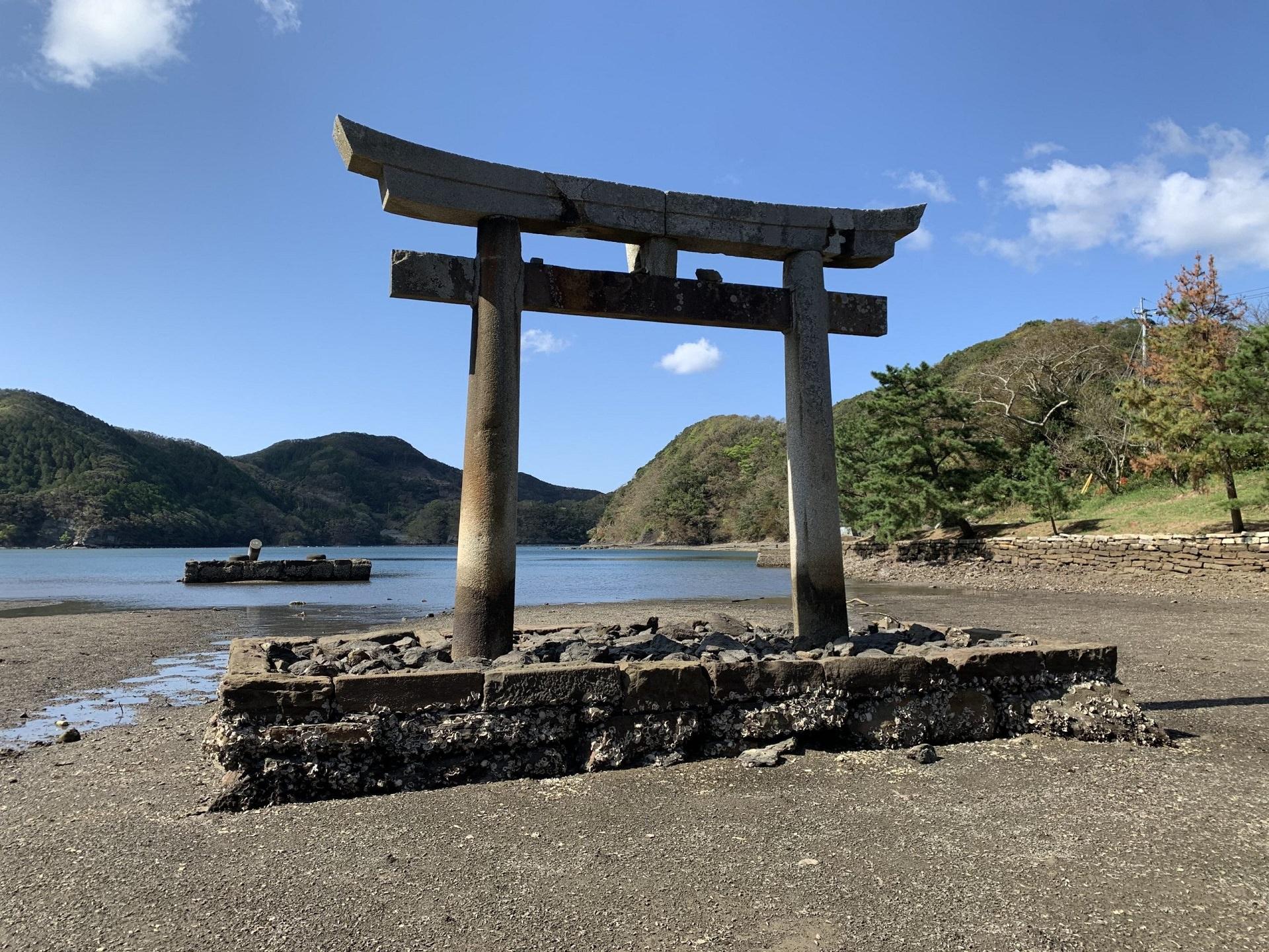 نمایی از سردر معبد جزیره سوشیما