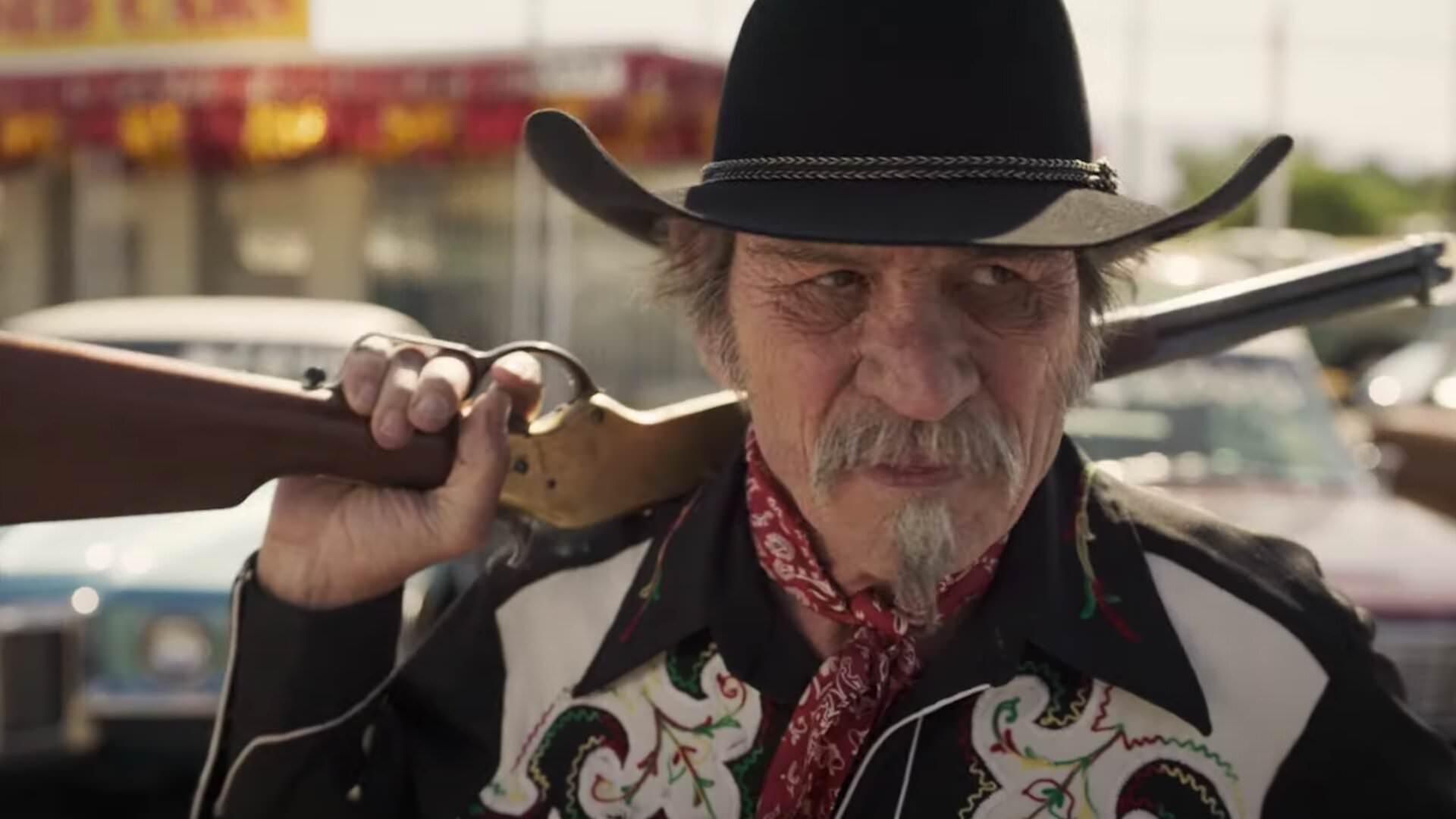 تامی لی جونز با یک اسلحه در دست در فیلم The Comeback Trail